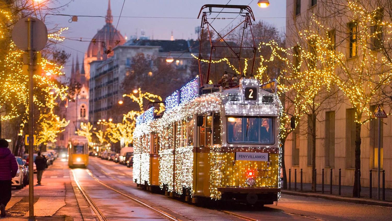 Újra közlekedik Budapesten az adventi Fényvillamos |  CsodalatosMagyarorszag.hu